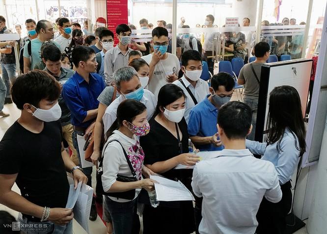 Dòng người lấy phiếu làm trợ cấp thất nghiệp tại trung tâm dịch vụ việc làm Cầu Giấy (Hà Nội) hồi đầu tháng 6. Ảnh: Ngọc Thành.