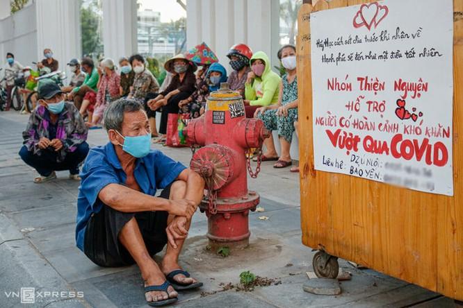 Người dân chờ nhận quà từ một nhóm từ thiện trên đường Lý Chính Thắng (TP HCM) hồi tháng 4. Ảnh: Nguyệt Nhi.