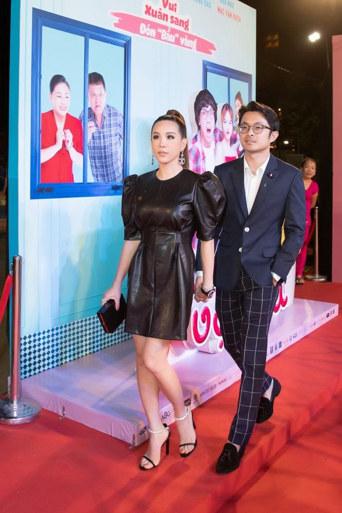 Hoa hậu Thu Hoài và bạn trai doanh nhân không rời tay nhau