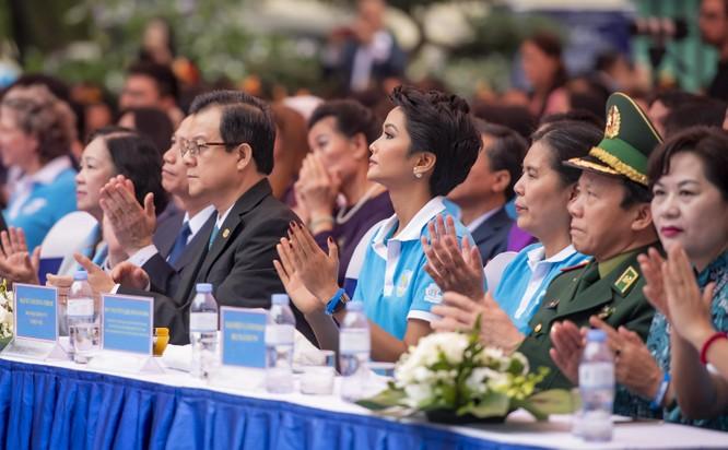 Hoa hậu H'Hen Niê kêu gọi chung tay vì phụ nữ và trẻ em gái ảnh 4