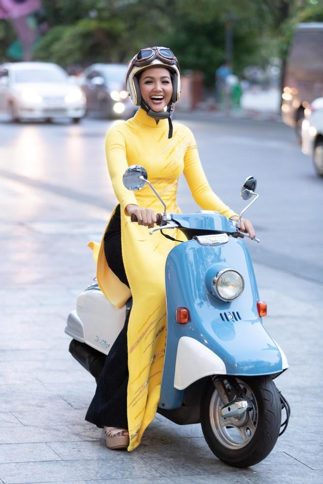 Bất ngờ với hình ảnh Hoa hậu H'Hen Niê mặc áo dài đi xe máy ảnh 3