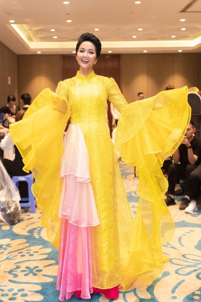 Bất ngờ với hình ảnh Hoa hậu H'Hen Niê mặc áo dài đi xe máy ảnh 9