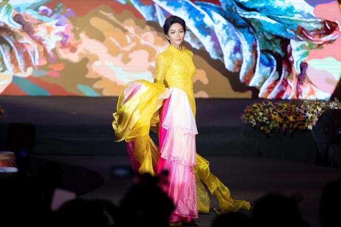 Bất ngờ với hình ảnh Hoa hậu H'Hen Niê mặc áo dài đi xe máy ảnh 13