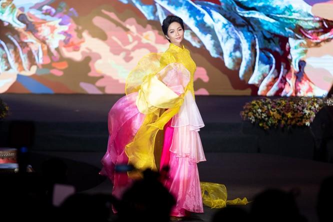 Bất ngờ với hình ảnh Hoa hậu H'Hen Niê mặc áo dài đi xe máy ảnh 10