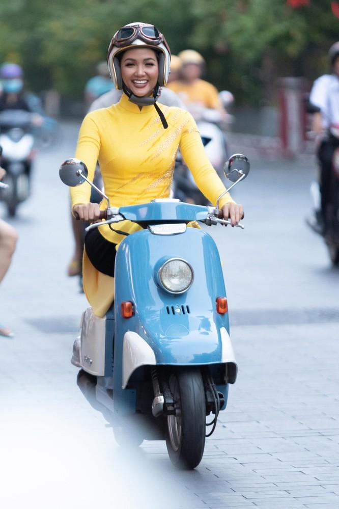 Bất ngờ với hình ảnh Hoa hậu H'Hen Niê mặc áo dài đi xe máy ảnh 1