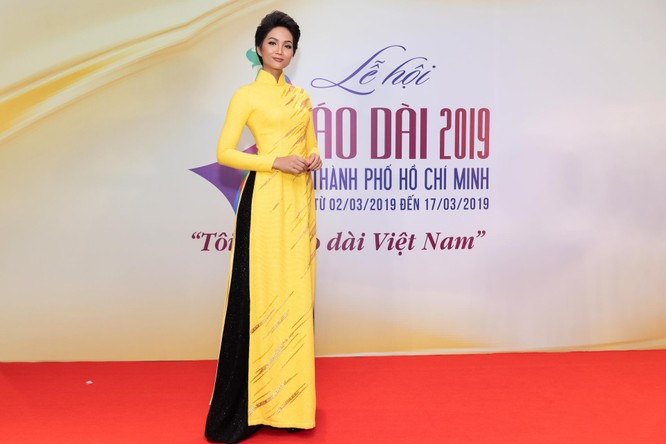 Bất ngờ với hình ảnh Hoa hậu H'Hen Niê mặc áo dài đi xe máy ảnh 4