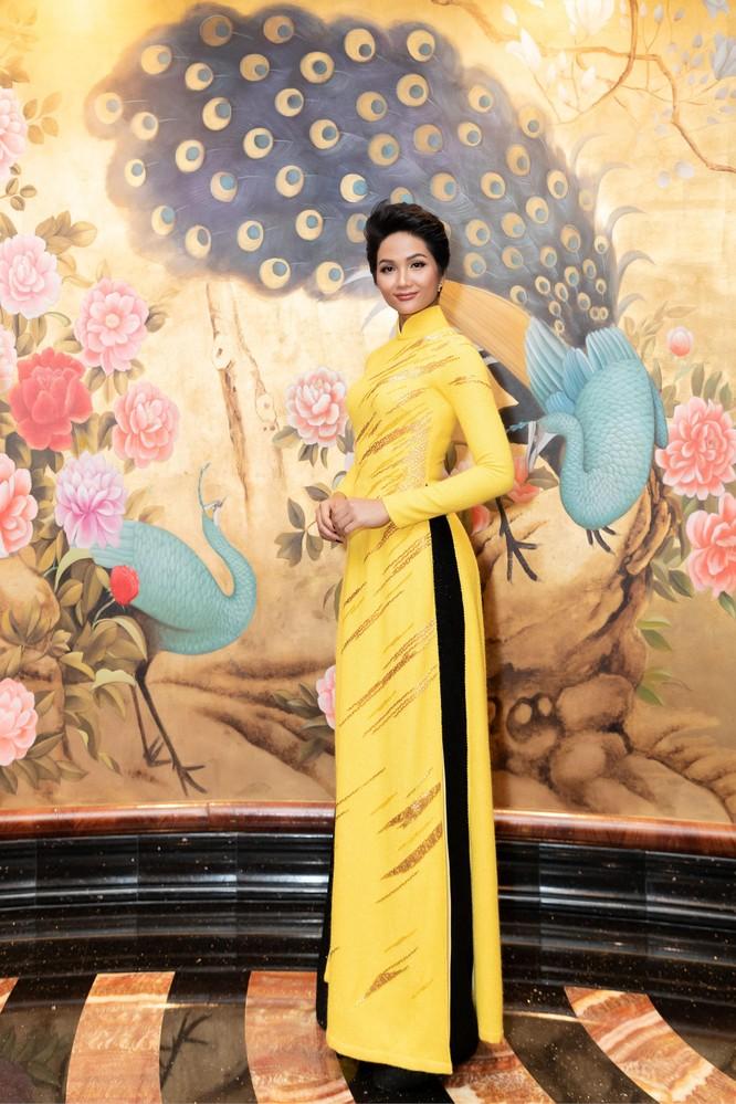 Bất ngờ với hình ảnh Hoa hậu H'Hen Niê mặc áo dài đi xe máy ảnh 6