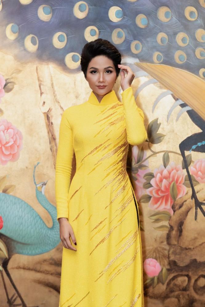 Bất ngờ với hình ảnh Hoa hậu H'Hen Niê mặc áo dài đi xe máy ảnh 7