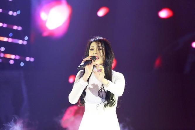 """Tê tái """"Khóc thầm"""" Tình Bolero, Lily Chen vượt lên đầu bảng nghệ sĩ ảnh 1"""