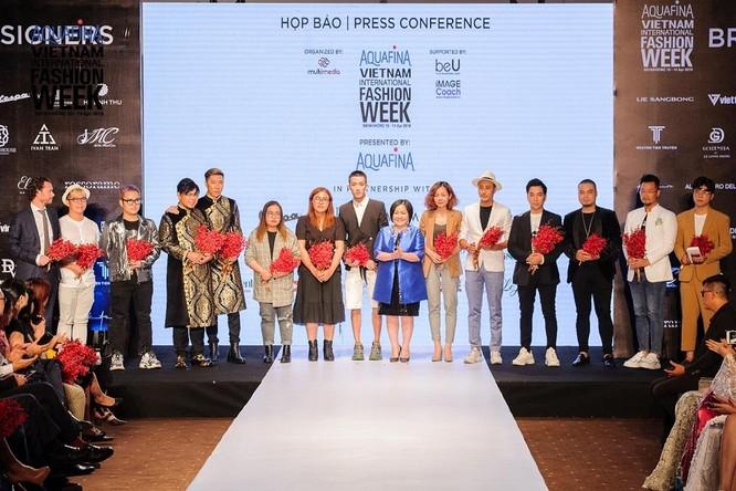 Bà Trang Lê chụp hình cùng các Nhà thiết kế và đại diện thương hiệu sẽ trình diễn tại Aquafina Vietnam Internation Fashion Week 2019