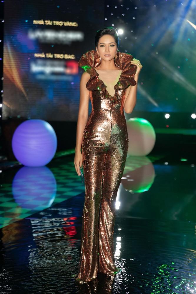 Hoa hậu H'Hen Niê bất ngờ diện chiếc váy từng gây tranh cãi tại Miss Universe ảnh 1