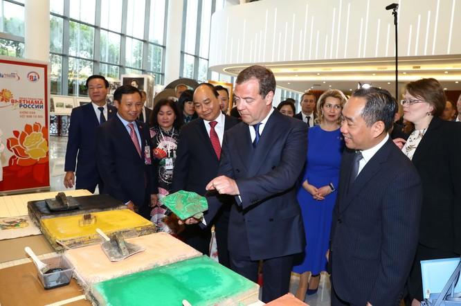 Thủ tướng Nguyễn Xuân Phúc tặng tranh Đông Hồ cho Thủ tướng Nga Dmitri Medvedev ảnh 2