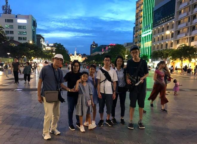 Cụ Oki và con cháu chụp hình lưu niệm tại phố đi bộ Nguyễn Huệ