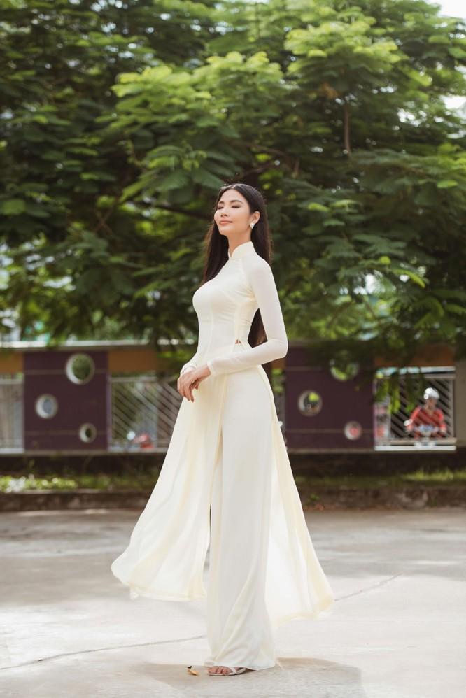 Hoa hậu H'Hen Niê và Á hậu Hoàng Thùy thướt tha áo trắng thả dáng sân trường ảnh 16