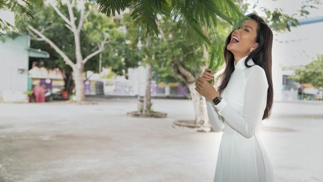 Hoa hậu H'Hen Niê và Á hậu Hoàng Thùy thướt tha áo trắng thả dáng sân trường ảnh 7