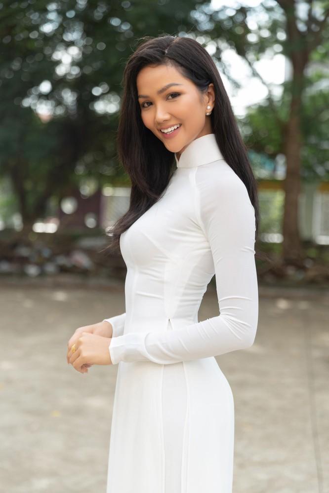 Hoa hậu H'Hen Niê và Á hậu Hoàng Thùy thướt tha áo trắng thả dáng sân trường ảnh 2
