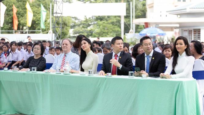 Hoa hậu H'Hen Niê và Á hậu Hoàng Thùy thướt tha áo trắng thả dáng sân trường ảnh 9