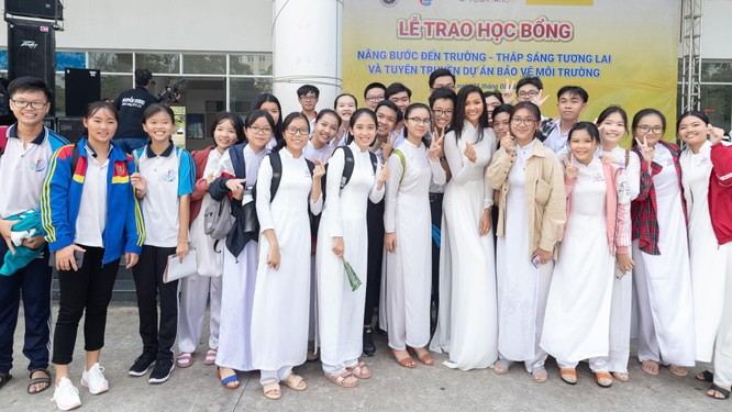 Hoa hậu H'Hen Niê và Á hậu Hoàng Thùy thướt tha áo trắng thả dáng sân trường ảnh 12
