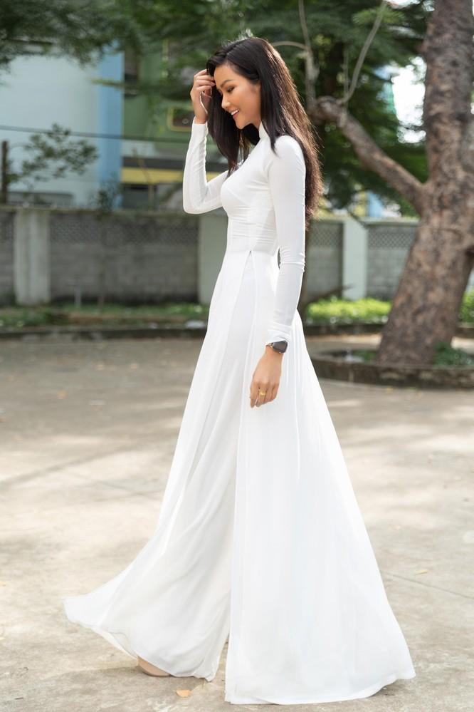 Hoa hậu H'Hen Niê và Á hậu Hoàng Thùy thướt tha áo trắng thả dáng sân trường ảnh 3