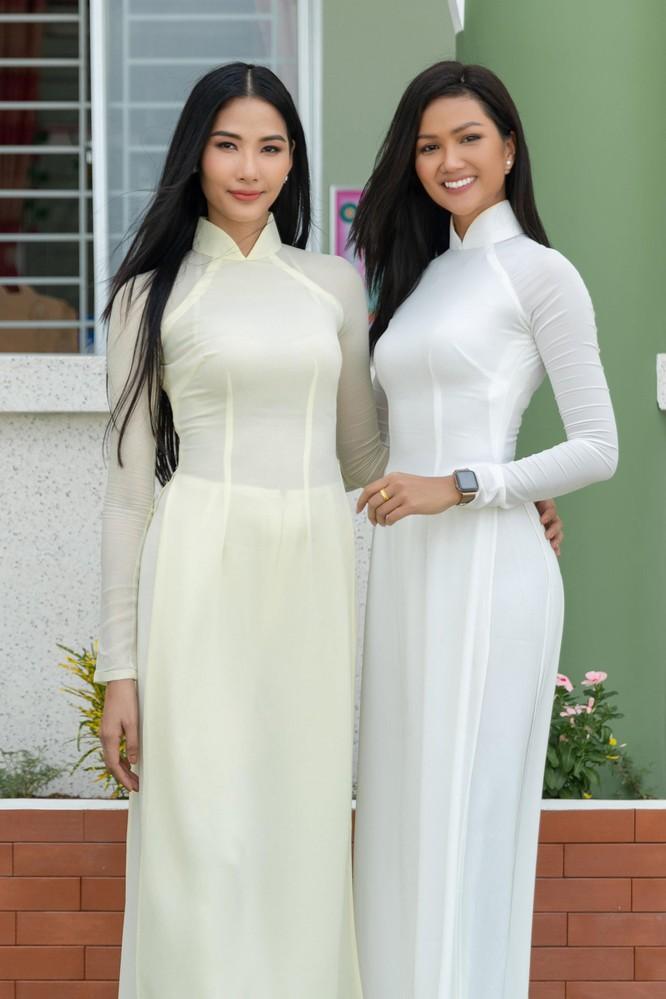 Hoa hậu H'Hen Niê và Á hậu Hoàng Thùy thướt tha áo trắng thả dáng sân trường ảnh 1