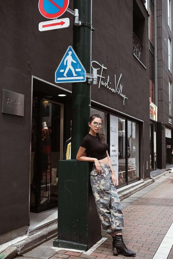 Hoa hậu Tiểu Vy khoe cá tính và thần thái trên phố Nhật ảnh 2