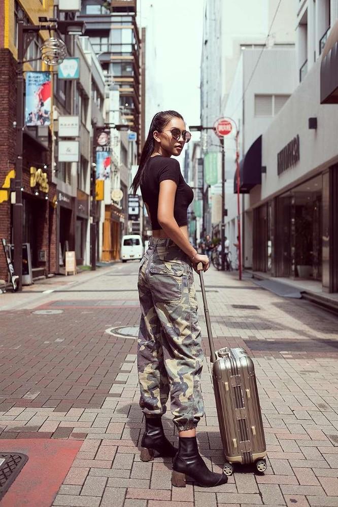 Hoa hậu Tiểu Vy khoe cá tính và thần thái trên phố Nhật ảnh 3