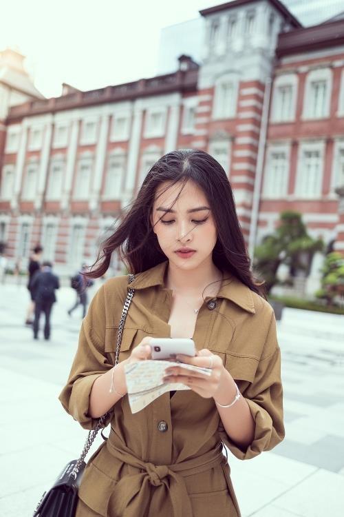 Hoa hậu Tiểu Vy khoe cá tính và thần thái trên phố Nhật ảnh 6