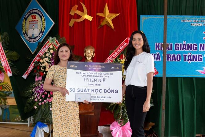 Hoa hậu H'Hen Niê trở về khai giảng trường xưa ảnh 3
