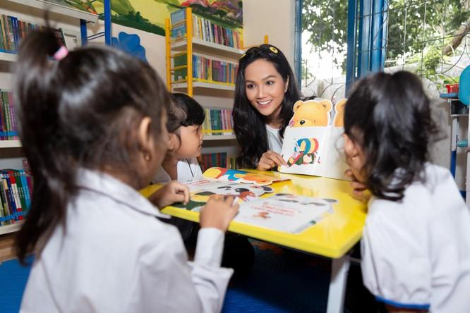 Hoa hậu H'Hen Niê trở về khai giảng trường xưa ảnh 7