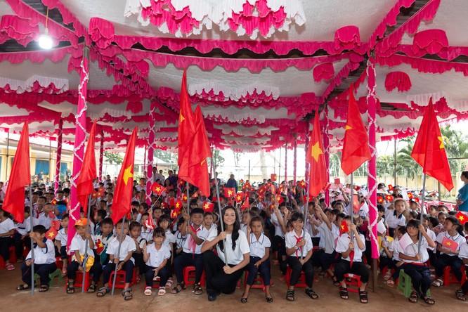 Hoa hậu H'Hen Niê trở về khai giảng trường xưa ảnh 2
