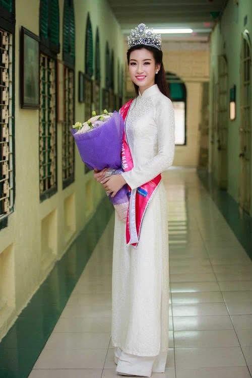 Hoa hậu, Á hậu lộng lẫy duyên dáng áo trắng sân trường ảnh 2