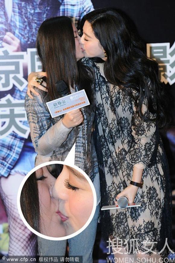 Nữ đạo diễn Lý Ngọc và Phạm Băng Băng hôn môi công khai tại sự kiện