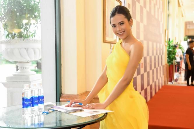 Thí sinh Hoa hậu Hoàn vũ đẹp lộng lẫy đua sắc với BGK ảnh 10