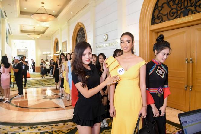 Thí sinh Hoa hậu Hoàn vũ đẹp lộng lẫy đua sắc với BGK ảnh 12