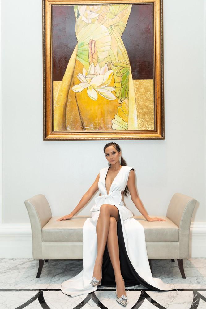 Hoa hậu H'Hen Niê hóa gái tây hoang dã ảnh 2