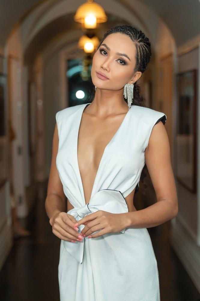 Hoa hậu H'Hen Niê hóa gái tây hoang dã ảnh 5