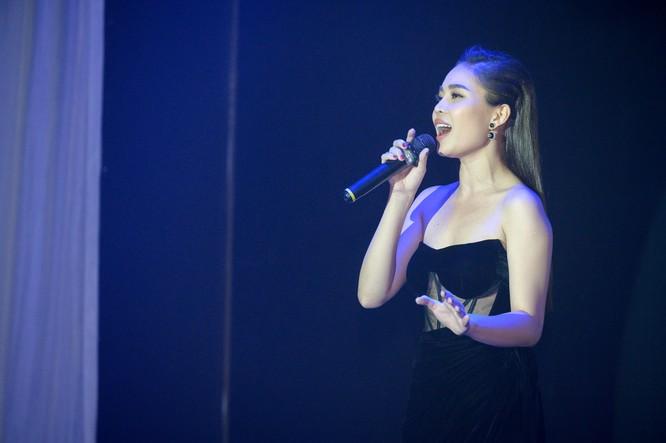Ca sĩ Giang Hồng Ngọc hát live tại buổi ra mắt album