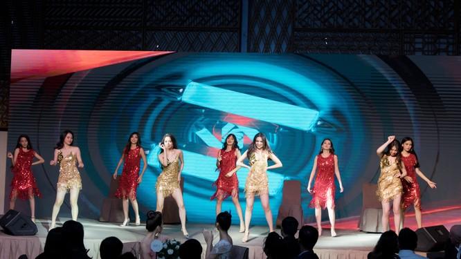 Đêm tiệc lộng lẫy của các Hoa hậu thu 1 tỷ 40 triệu đồng ảnh 10