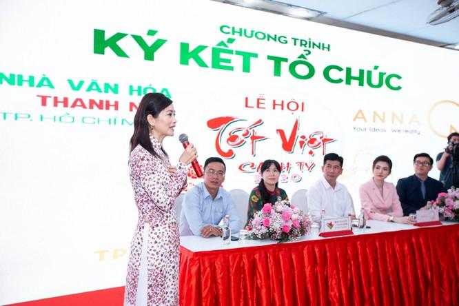 Nghệ sĩ Tuyết Thu - gương mặt quen thuộc của nhiều sân khấu thành phố đến ủng hộ Tết Việt