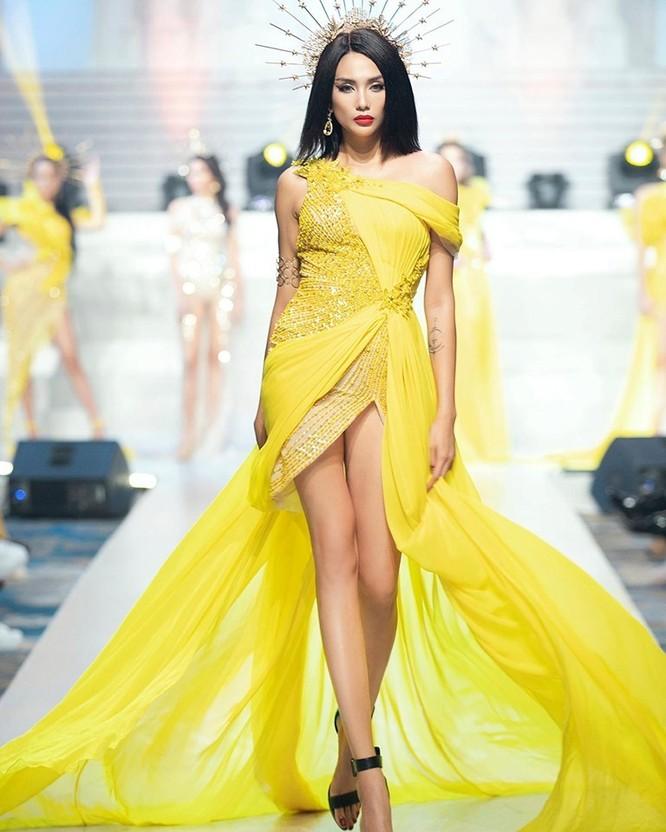 """Võ Hoàng Yến đi catwalk """"thần sầu"""" đoạt giải """"Người mẫu của năm"""" ảnh 1"""