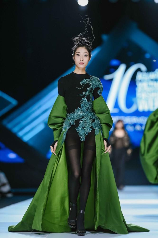 Hoa hậu H'Hen Niê cưỡi ngựa, siêu mẫu Thanh Hằng hóa quái kiệt ảnh 8