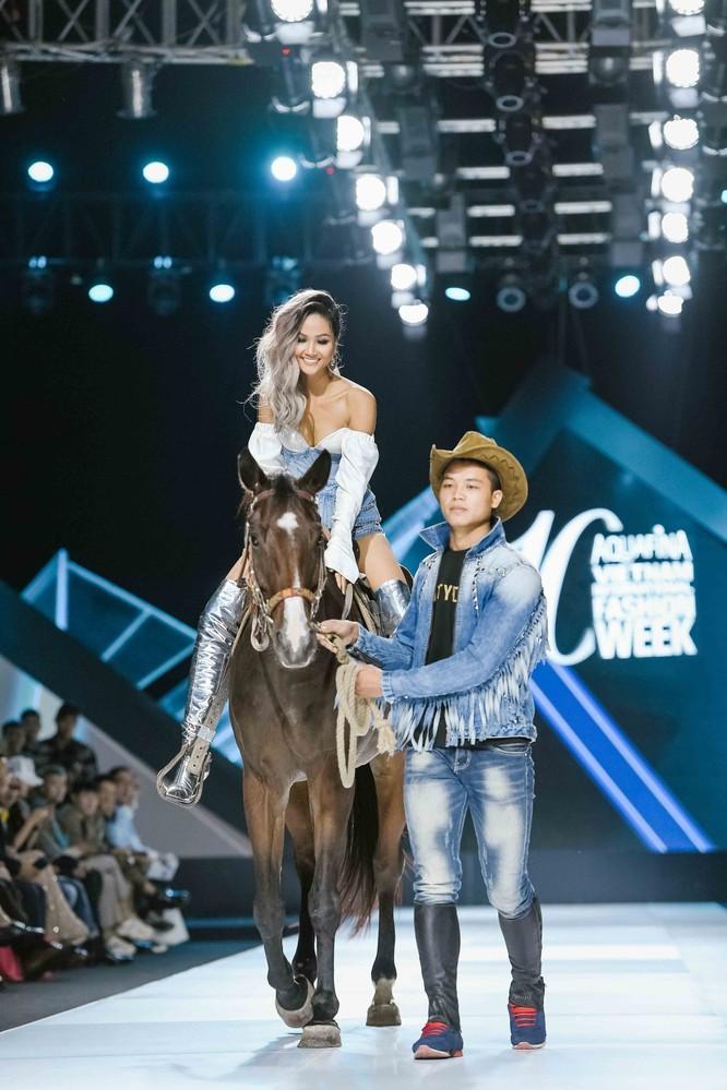 Hoa hậu H'Hen Niê cưỡi ngựa, siêu mẫu Thanh Hằng hóa quái kiệt ảnh 1