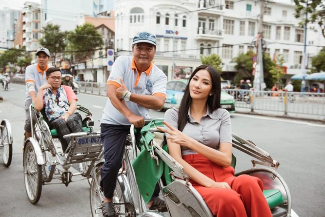 Hoàng Thùy trổ tài nói tiếng Anh dẫn thầy catwalk đi khắp Sài Gòn ảnh 15