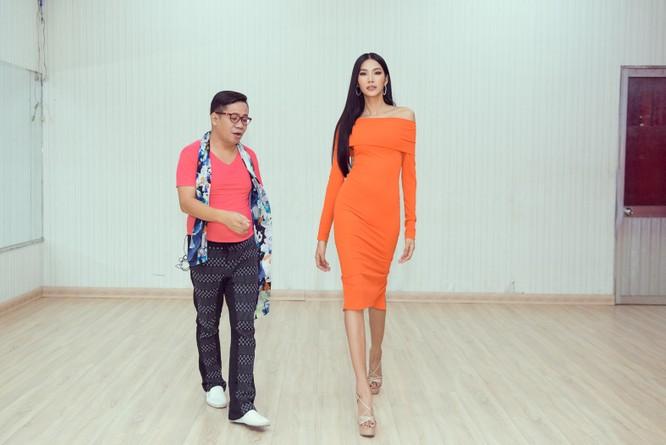 Hoàng Thùy trổ tài nói tiếng Anh dẫn thầy catwalk đi khắp Sài Gòn ảnh 3