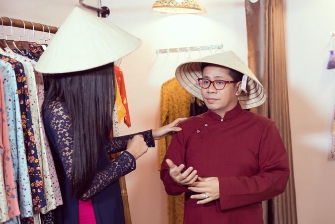 Hoàng Thùy trổ tài nói tiếng Anh dẫn thầy catwalk đi khắp Sài Gòn ảnh 13