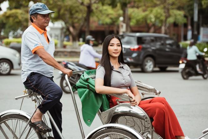 Hoàng Thùy trổ tài nói tiếng Anh dẫn thầy catwalk đi khắp Sài Gòn ảnh 17
