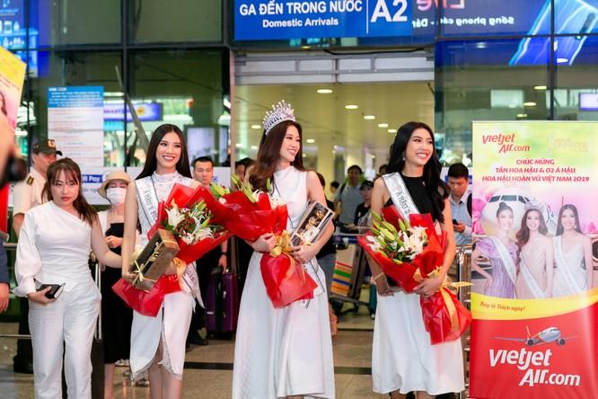 Hoa hậu Khánh Vân và hai Á hậu đẹp rạng rỡ ngày trở về ảnh 1