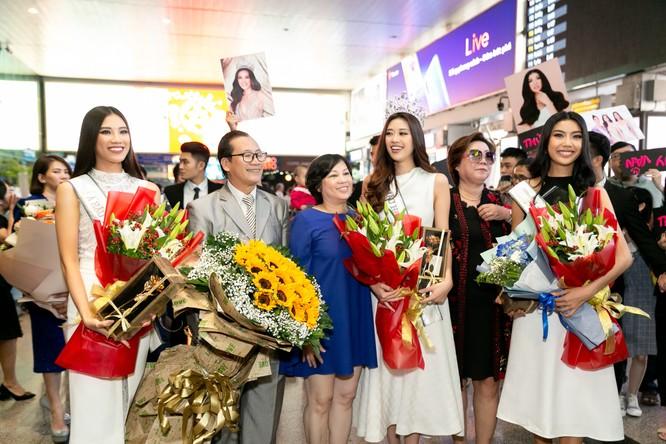Ba mẹ Hoa hậu Khánh Vân mang hoa tới chúc mừng con gái đăng quang