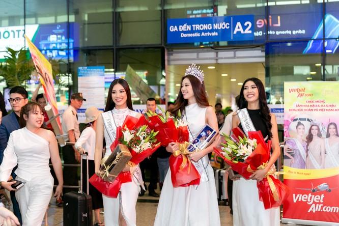 Hoa hậu Khánh Vân và hai Á hậu đẹp rạng rỡ ngày trở về ảnh 3