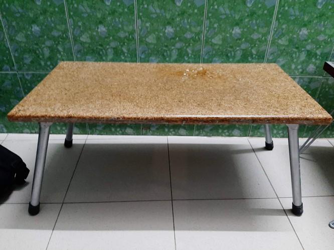 Chiếc bàn từ vỏ trấu do nhóm 5 bạn trẻ chế tạo